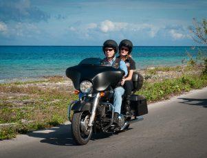 motorista conduciendo una moto cómoda para viajar en una ruta de acceso a playa