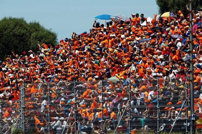 Miles de aficionados apoyan a los pilotos durante el transcurso de una carrera en Jerez.