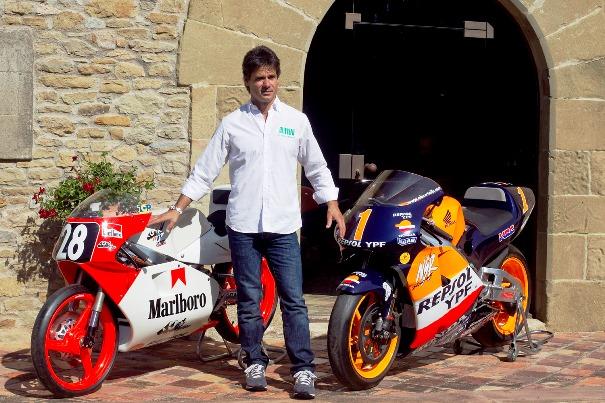 Alex Crivillé posa con las motos que le hicieron campeón.