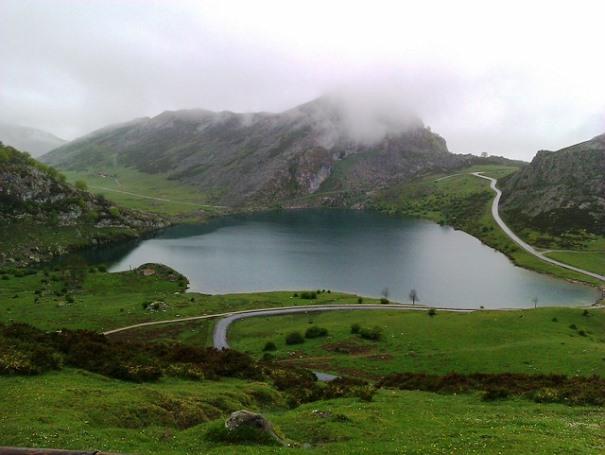 Paisaje de un lago en Asturias.