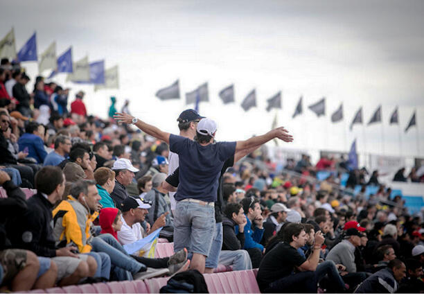 Miles de aficionados disfrutan de un gran premio de MotoGP.