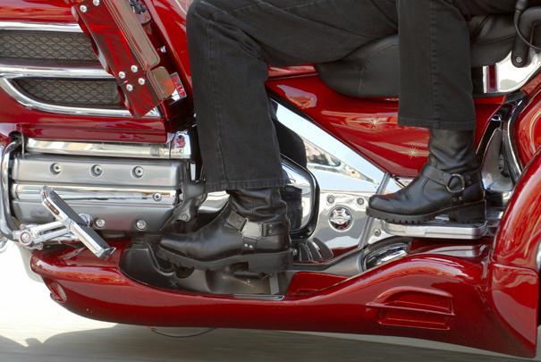imagen del calzado de dos motoristas