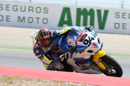 Piloto de moto en el circuito