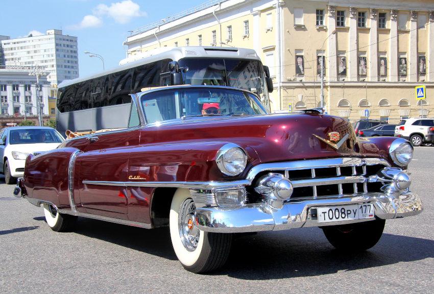 Imagen de un Cadillac Eldorado circulando por la ciudad