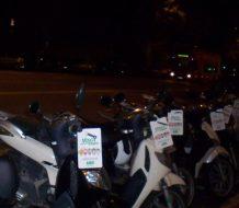 fila de motocicletas estacionadas durante la noche