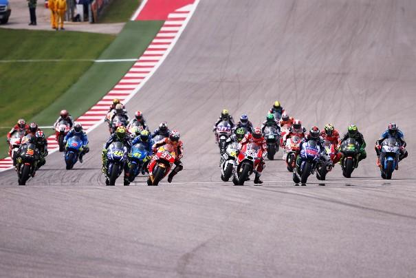 Pilotos de MotoGP disputando la carrera.