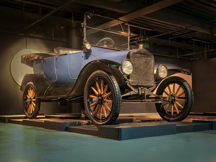 Ford T expuesto en el salón de un museo de vehículos antiguos