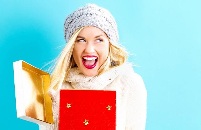 chica feliz con regalo de navidad ideal