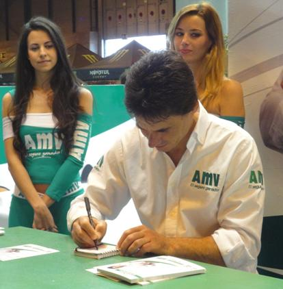 Álex Crivillé firmando autógrafos en MotoMadrid 2013
