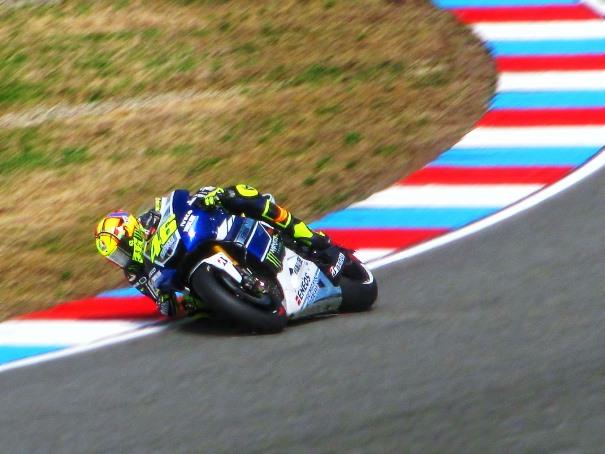 Valentino Rossi toma una curva a derechas con la inclinación a la que nos tiene acostumbrados.