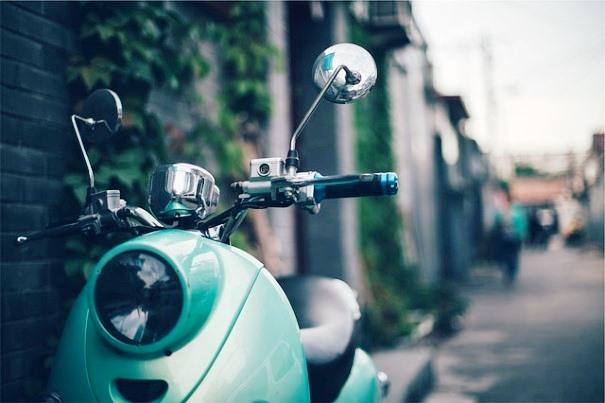 Scooter aparcada en la calle. | Pixabay