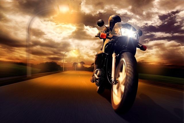 moto con las luces de cruce encendidas
