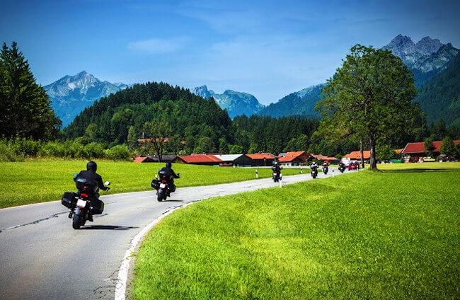 Rutas en moto para San Fermín. ,Moteros en ruta por la carretera