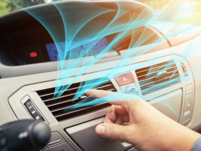 aire acondicionado saliendo por la rejilla del coche