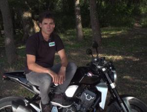Alex Crivillé en moto por el bosque