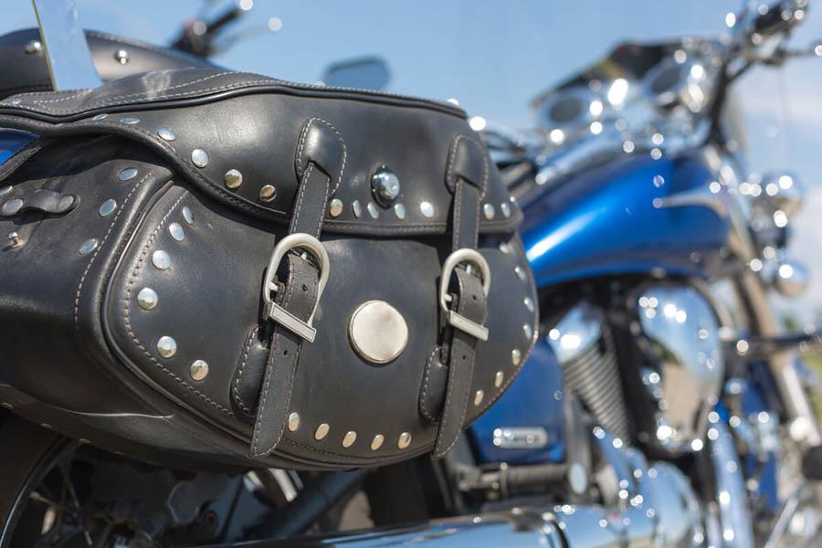alforja lateral para moto de cuero con adornos metálicos