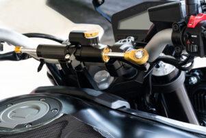 manillar de una moto con amortiguador de dirección