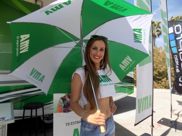 Azafata con un paraguas de AMV en el MotoGP de Jerez.