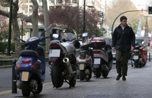 aparcar moto aceras
