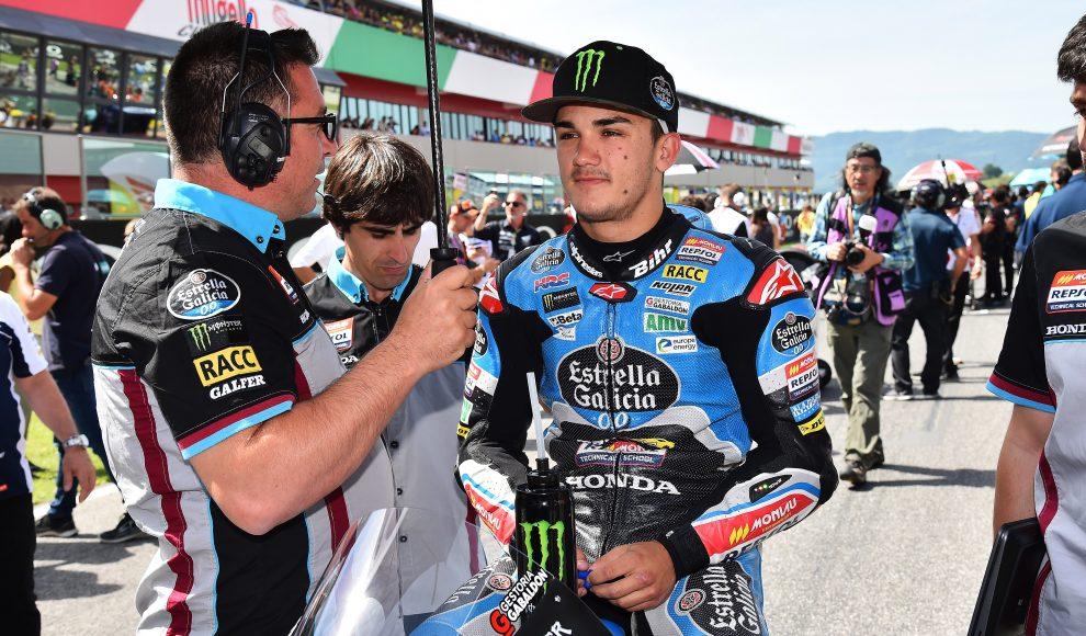 Arón Canet sobre su moto junto con un técnico paraguas en mano
