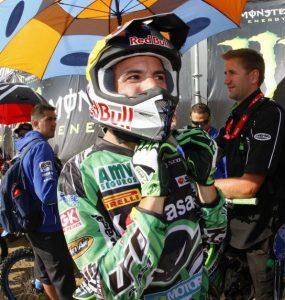 El piloto AMV Jonathan Barragán atándose el casco de motocross