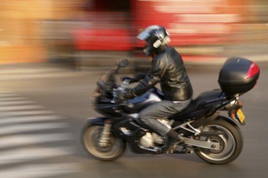 moto con baúl de moto circulando por la ciudad
