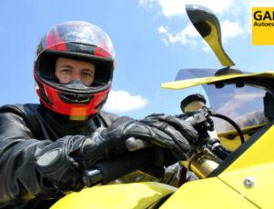 Motorista con moto amarilla y logo de Autoescuela Gala
