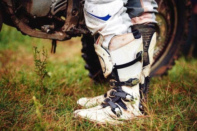 Ejemplo de los cierres de una botas de motocross (iStock)