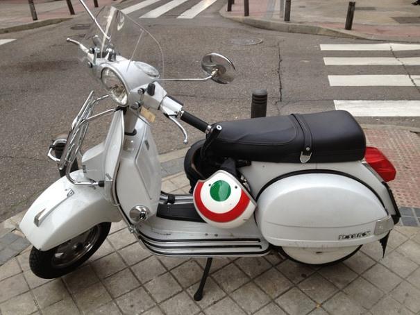 Imagen de un scooter aparacada en la calle (artículo sobre multas de moto).