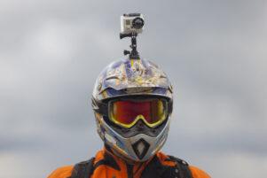 Motorista con equipación off road y casco con cámara integrada