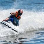 Carnet de moto de agua. Piloto sobre las olas del mar. (Fotolia)