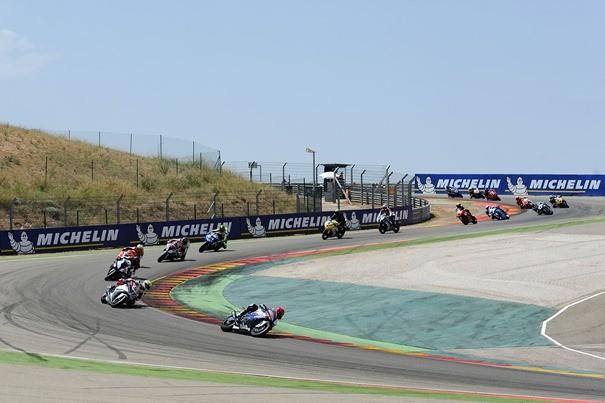 Pilotos trazando una de las curvas del circuito de MotorLand 2014. | Web Oficial FIM CEV