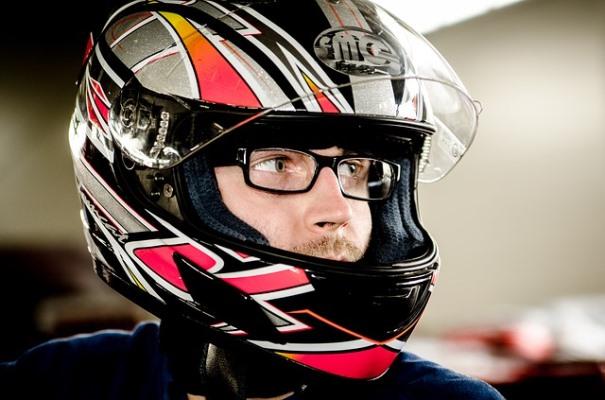Retrato de un motorista con un casco de moto integral que cubre toda su cabeza.