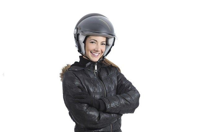chica sonriendo con casco jet de moto