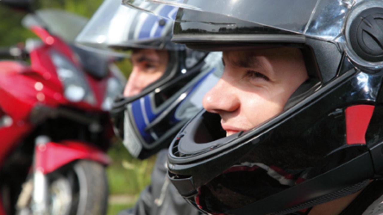 El color del casco, ¿influye en la seguridad del motorista?