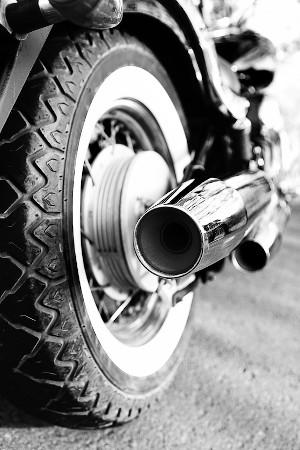 Artículo certificado de emisión de gases: imagen de una moto y su tubo de escape.