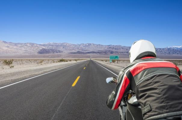 Imagen de un ciclista en carretera con chaqueta deportiva.