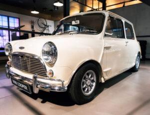 mini cooper clásico de color blanco en un garaje