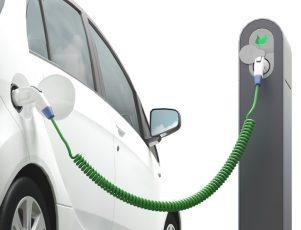 coche eléctrico de color blanco conectado a un punto de carga