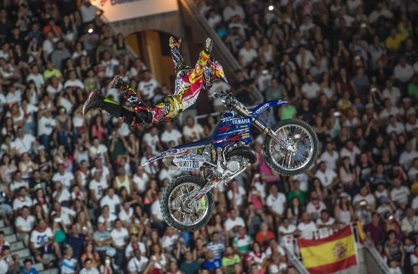 Thomas Pagès haciendo acrobacias con su moto en el Red Bull X-Fighters 2014