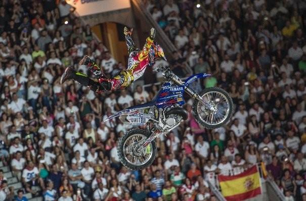 El piloto francés, Thomas Páges haciendo acrobacias con su moto en el Red Bull X-Fighters 2014. |Página oficial Red Bull.