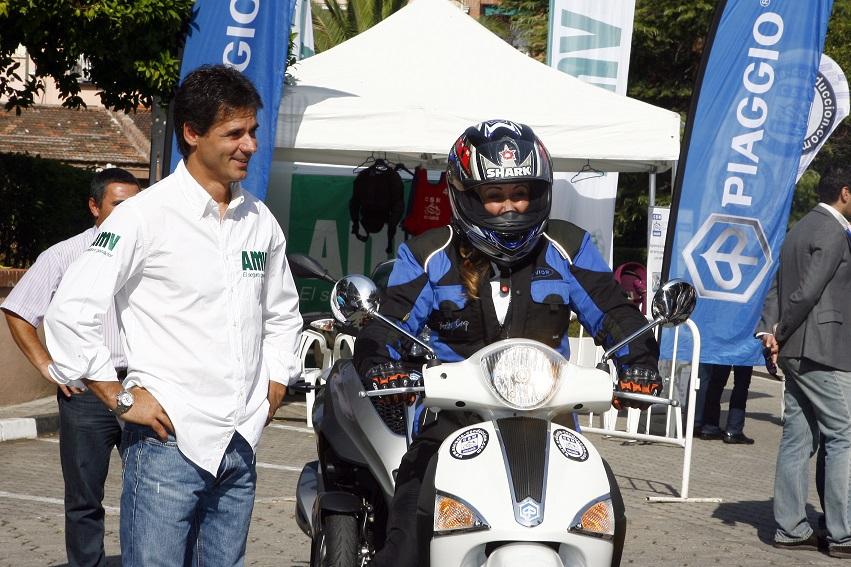 Álex Crivillé y la Fundación AMV fomentan la conducción en moto por ciudad