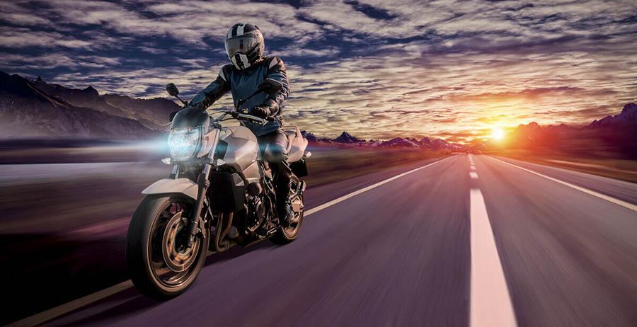 Conducir una moto de noche
