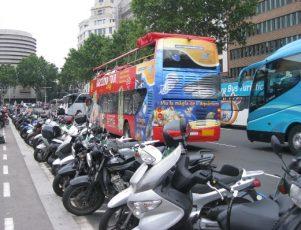 Imagen de una calle con motos aparcadas.