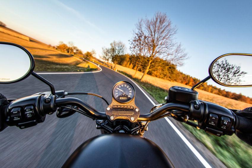 manillar de moto visto desde la posición del motorista
