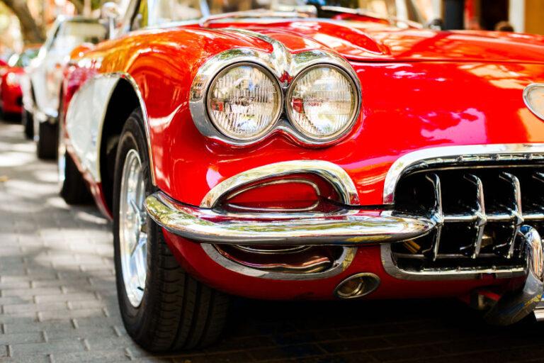 coche clásico rojo visto desde la parte frontal