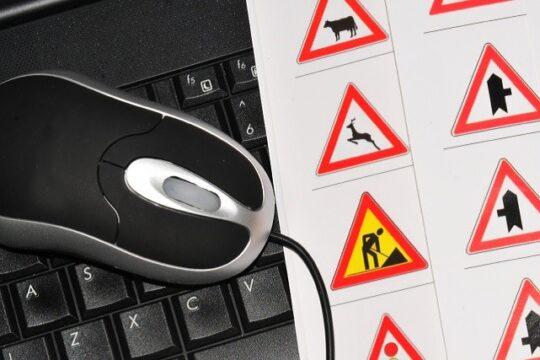 Hoja de papel con señales de tráfico, ratón y teclado de ordenador teclado de ordenador