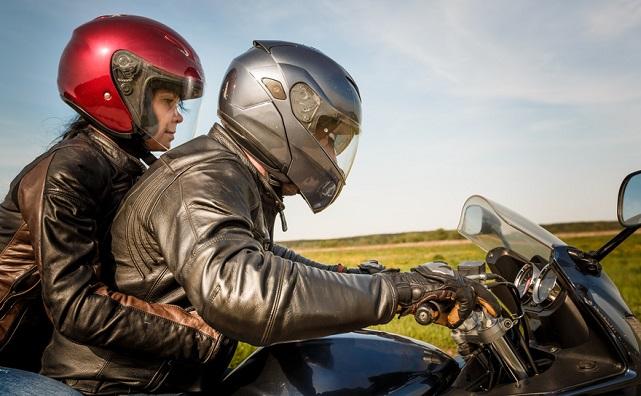 Motorista y pasajera joven