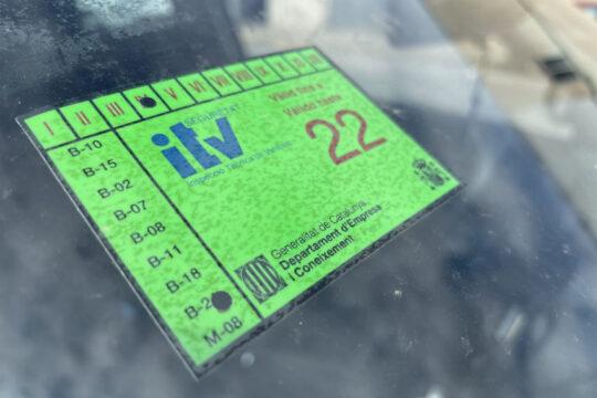 pegatina de la ITV colocada en el parabrisas de un coche