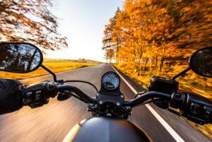 vista de un manillar de una moto desde la perspectiva de un motorista que circula por una carretera